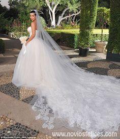 Detalle del velo de tul bordado y la larga cola del vvestido de novia que lució Kim en la ceremonia