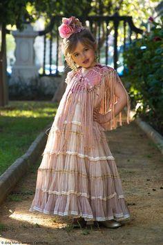Spanish girl in flamenco dress Flamenco Party, Flamenco Shoes, Spanish Dance, Spanish Girls, Costumes Around The World, Costume Patterns, Daily Dress, Dress Tutorials, Marie