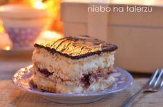 Ciasto Rafaello bez pieczenia jest łatwe w przygotowaniu i najlepsze następnego dnia, bo wtedy herbatniki tracą sztywność i ciasto łatwo się kroi