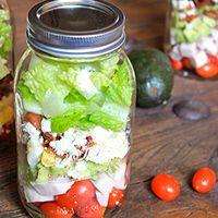 Marmita também tem salada! Aprenda a levar uma salada no pote para o seu almoço.