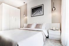 Pomysł na białą sypialnie Sypialnia z grafiką nad łóżkiem