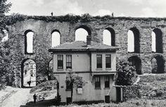 Bozdoğan Kemeri, Unkapanı, Fatih, İstanbul. Atatürk Bulvarı Valens Kemeri önündeki ev