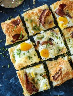 Breakfast Pizza - Puff Pastry Breakfast Pizza Recipe This breakfast pizza is baked on flakey puff pastry and is a super easy and quick brunch of breakfast idea. Eggs, bacon, cheese and pizza! Puff Pastry Recipes, Pizza Recipes, Brunch Recipes, Gourmet Recipes, Breakfast Recipes, Dinner Recipes, Healthy Recipes, Phyllo Recipes, Puff Pastries