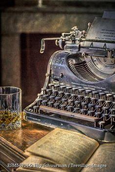 Escrevo sem pensar, tudo o que meu inconsciente grita. Penso depois: não só para corrigir, mas para justificar o que escrevi. Mário de Andrade.