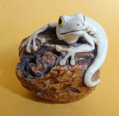 "LIZARD ON WALNUT  BY  MONIQUE BALDWIN  FWMB12  Made in England  LIMITED EDITION 250.  This Fragile World figurine named ""Lizard on Walnut"" was carved by Harmony  Kingdom artist, Monique Baldwin, under the direction of  Harmony Kingdom Artistic ..."