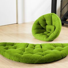 Deve ser possível fazer uma destas.    Convertible chair / mattress - great for the game room or sleepovers