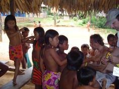 Con los niños del poblado, en pleno proceso de tatuaje.