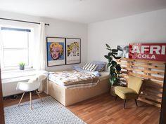 Super Schönes Zimmer Mit Moderner #Einrichtung, Dunklem Laminat Boden Und  Hellen Wänden.