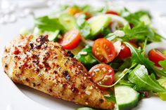 Weight Watchers Skillet Chicken with Herbs and Garden Salad - This simple, light dinner is bursting with health benefits and a sea of flavors thanks to the savory spices and vegetables. Weight Watcher Dinners, Weight Watchers Chicken, Janta Low Carb, W Watchers, Dieta Low, Chicken Caesar Salad, Cooking Recipes, Healthy Recipes, Vegetarian Recipes