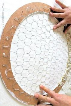 16 Projects You Didn't Know You Could Make With Chicken Wire This versatile material is popping up all over the place! 16 DIY Ideas for Chicken Wire! The post 16 Projects You Didn't Know You Could Make With Chicken Wire appeared first on Diy Craf Pot Mason Diy, Mason Jar Crafts, Pickle Jar Crafts, Diy Décoration, Easy Diy, Chicken Wire Crafts, Chicken Wire Art, Diy Home Decor For Apartments, Diy And Crafts