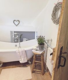 Bathroom Tub: The Complete Guide to Choosing Your Bathroom - Home Fashion Trend Dream Bathrooms, Beautiful Bathrooms, Cottage Bathrooms, Cottage Shabby Chic, Rose Cottage, Cottage Interiors, Bathroom Cleaning, Bathroom Inspiration, Bathroom Inspo