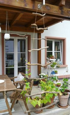 The Weekender - small projects for the weekend: DIY Rankgit .- The Weekender – kleine Projekte fürs Wochenende: DIY Rankgitter aus Holz – OZ-Verlag Build a trellis ratz-fatz yourself: All you need is a few sticks, parcel cord and a favorite knot! Wooden Trellis, Diy Trellis, Wooden Pergola, Plant Trellis, Trellis Design, Diy Pergola, Pergola Kits, Garden Types, Diy Jardin