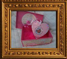 Die Box ist von innen mit pinkfarbenen Fell ausgeschlagen. ein süßes Geschenk zur Taufe von Mila.