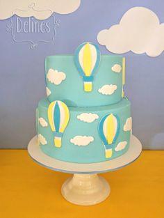 Torta con globos aerostáticos y nubes
