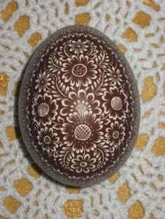 Love the all brown egg.very nice Brown Eggs, Scratch Art, Ukrainian Easter Eggs, Egg Art, Gourds, Holidays And Events, Favorite Holiday, Resin, My Favorite Things