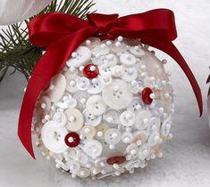 Unas bolas de navidad para decorar el árbol muy fáciles de hacer. Necesitamos bolas de poliespan o porexpan, alfileres y un monton de botones! Y ya tenemos nuestra decoracion de navidad hecha por nosotros mismos!!