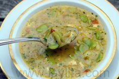 El locro de habas es una sopa casera preparada con habas, papas, leche, huevos, queso, cebolla, ajo, tomates, comino, aji y cilantro.