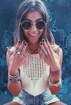 boho, white crochet top, piled on jewelry, denim shorts & round sunglasses Hippie Style, Boho Hippie, Hippie Life, Bohemian Style, Best Street Style, Street Style Outfits, Festival Looks, Festival Style, Festival Wear