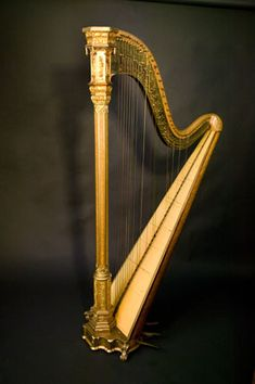Arpa Erard de 46 cuerdas con decoración de estilo gótico comenzó a fabricarse en Londres a partir de 1835.Instrumentos Musicales en los Museos de URUEÑA