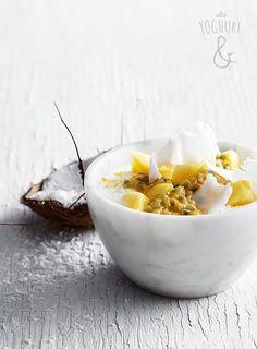 Ananas+&+Kokos+&+Pasjonsfrukt - Se flere spennende yoghurtvarianter på yoghurt.no - Et inspirasjonsmagasin for yoghurt. Indian Food Recipes, Ethnic Recipes, Breakfast Recipes, Breakfast Ideas, Green Kitchen, Serving Bowls, Yogurt, Brunch, Meals