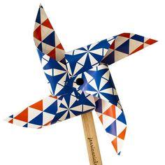 Knip, vouw, bevestig en voilà: je hebt je eigen windmolen gemaakt. Vergeet niet te kijken hoe de vormen van de designs veranderen als het molentje draait!