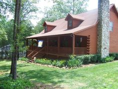 Want to live in a log home near Lake Bowen, yet convenient to town?