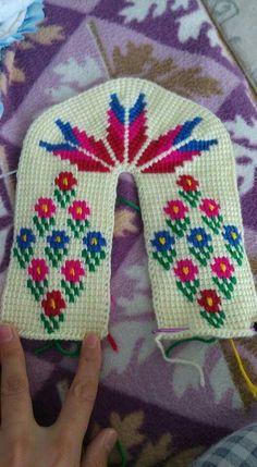 This Pin was discovered by Dür Crochet Pig, Crochet Cable, Crochet Socks, Tunisian Crochet, Free Crochet, Baby Slippers, Knitted Slippers, Knitting Kits, Baby Knitting