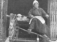 Woman With Spinning-Wheel China Spinning Wool, Hand Spinning, Spinning Wheels, Old Photos, Vintage Photos, Invention And Innovation, Spin Me Right Round, Drop Spindle, Medieval World