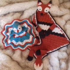 Friends!! #crochetaddict #doudou #rosarosikes #fox #forbaby #bird #desing #mantaapego #ganchillo #pattern #conmismanos Dou Dou, Fox, Bird, Blanket, Friends, Crochet, Pattern, Instagram, Handmade Crafts