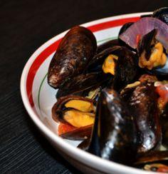Recette de moules aux oignons, tomates, chorizo et cidre. Par lavietoutsimplement.com