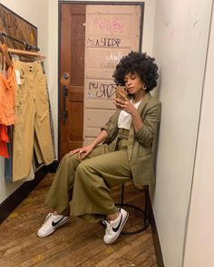 4 Ways to Quickly Revitalize Natural Hair Natural Hair Art, Natural Hair Styles, Anne Klein, Winter Outfits, Summer Outfits, Summer Clothes, Tennis Shoes Outfit, Mein Style, Monochrom