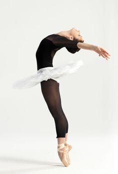 Balleriinan asu: Tutu tulee varmaan ensimmäisenä mieleen kun ajattelet Tanssijan asua. Tutu on vyötäröllä oleva hamemainen asuste. Kärkitossut ovat yksi maailman vaarallisimmista kengistä, mutta niistäkin balleriinat tunnetaan. Vaikka kärkitossut muokkaavat jalkaa ja voivat pahimmassa tapauksessa murskata tanssian varpaat ja samalla uran, niin ne luovat notkean tunnelman esityksiin ja muuallekkin. Muut asusteet ovat vartalon myötäinen puku tai paita. Hiukset ovat yleensä nutturalla.
