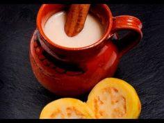 Atole de guayaba. Los atoles se pueden consumir todo el año y están presentes siempre en las fechas importantes en México. Acompañan bien a los buñuelos, galletas de Navidad, Pan de Muerto y Rosca de Reyes.