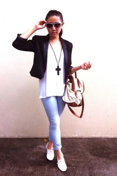 White oxfords with skinny jeans, white t and cropped black blazer. Simple style