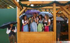 Oktoberfestbesucher warten am 17.09.2016 in München (Bayern) im Regen auf den…