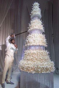 Rapper Gucci Mane cutting his wedding cake with a sword Huge Wedding Cakes, Extravagant Wedding Cakes, Amazing Wedding Cakes, Wedding Cake Toppers, Amazing Cakes, Cake Wedding, Bolo Gucci, Gucci Mane Wedding, Wedding Goals