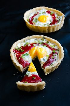 Cheese tart with egg and roasted red bell pepper