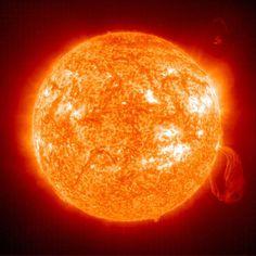 """Ligado a todos estes intricados processos, encontra-se o surgimento de manchas escuras na superfície do Sol – as badaladas manchas solares. Ao contrário do que algumas pessoas possam pensar, elas não são um sinal de que a estrela se encontra """"doente"""", antes pelo contrário."""