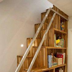 Este projeto foi inspirado em uma das invenções de Alberto Santos Dumont uma escada que ocupa pouco espaço. E esta foi a solução para o acesso do mezanino com aproveitamento da lateral para um estante. Ficou bem bonito. @olhardemahel @samy_e_rick #legal #arquiteturadeinteriores #olhardemahel #designdeinteriores #arquiteto #santosdumont #escada #instagram #pinterest #facebook #fpolhares #stairs #marcenaria http://ift.tt/2ao91Rl