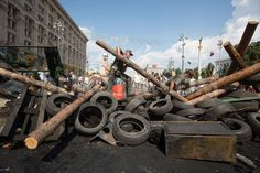 1407432388-maydan-activists-built-new-barricades-in-the-city-center_5469152.jpg (800×533)