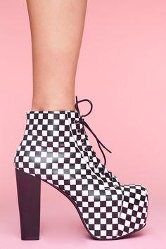 Zapatos a cuadros blancos y negros.