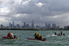 Equipos de búsqueda y rescate siguen a los competidores en la carrera de la Mujer 25k evento de Aguas Abiertas en el Campeonato Mundial FINA XII en St. Kilda Beach el 24 de marzo de 2007 en Melbourne, Australia.