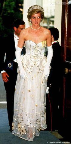 Lorsque Lady Diana porte pour la première fois cette robe, c'est en 1986 lors d'un banquet à Londres dans la résidence de l'ambassadeur d'Allemagne.