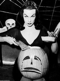 Vampira Maila Nurmi with a Halloween pumpkin horror movie host icon Photo Retro Halloween, Halloween 2018, Halloween Pin Up, Vintage Halloween Photos, Halloween Pumpkins, Vintage Photos, Halloween Costumes, Happy Halloween, Halloween Queen