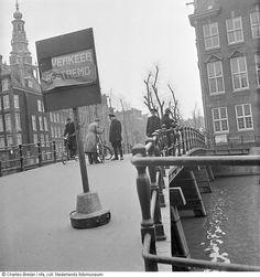 Voorlopige afsluiting Jodenbuurt door de politie, Kloveniersburgwal, Amsterdam (februari 1941)