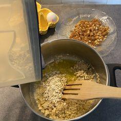 Tosi helpot keksit syntyy tällä reseptillä: 150 g voita sulatetaan kattilassa 1dl sokeria lisätään, sekoitetaan 2,5 dl kaurahiutaleita lisätään Kun vähän jäähtynyt, 1 muna lisätään Ja sitten maun mukaan kuivattuja karpaloita, kookoshiutaleita, pehmeitä taateleita pilkottuna, tai mitä vaan pehmeää ja makeaa. Taikinan pitää olla sen verran kuivaa, että siitä saa lusikoitua litteitä kakkaroita pellille leivinpaperin päälle. Tulee noin 25 kpl.  Paistetaan n. 200 astetta noin 15 min. Chicken, Food, Essen, Meals, Yemek, Eten, Cubs