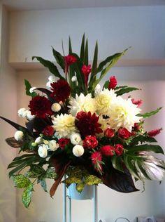 豪華な紅白ダリアが目を引くお祝いスタンド花!紅白でおめでたい感いっぱいです!!
