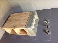 Eikenhouten kast met wastafel van beton. Met inlegtegel.