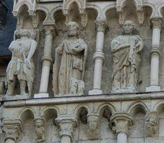 Candes St Martin: Extérieur du porche septentrional, de fines colonnettes séparent les niches des personnages, chaque ensemble repose sur de petits éléments sculptés.-52) LE PORCHE SEPTENTRIONAL: On peut en déduire qu'au cours de sa construction, St Martin de Candes a été rattaché, le plus souvent, au domaine Plantagenêt, avec Henri II qui, en 1154, devint roi d'Angleterre, portant aussi les titres de duc d'Aquitaine, comte d'Anjou, du Maine et de la Touraine.