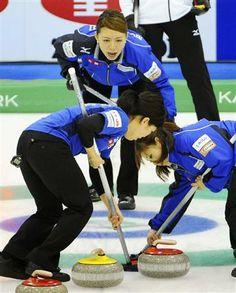 女子3位決定戦で指示を出すロコ・ソラーレ北見の本橋(奥)=軽井沢アイスパーク ▼9Mar2014サンスポ|祖母に捧げる銅メダル 本橋、出産後の復帰も視野に/カーリング http://www.sanspo.com/sports/news/20140309/oth14030916500003-n1.html #Japan_Curling_Championships_2014